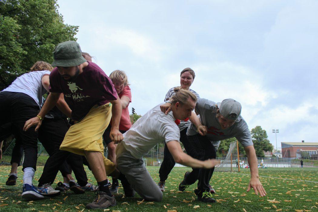 Usea henkilö pelaamassa leikkiä ulkona. Urheilullinen ja liikunnallinen kuva. Kesä.